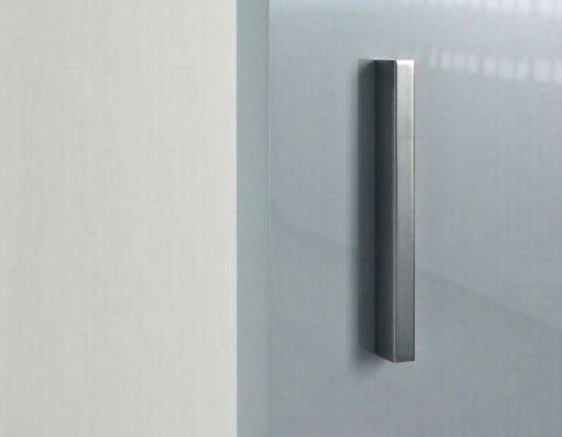 Maniglia in acciaio satinato, un segno verticale perfettamente in linea con la finitura del binario e il laccato lucido grigio dell'anta.