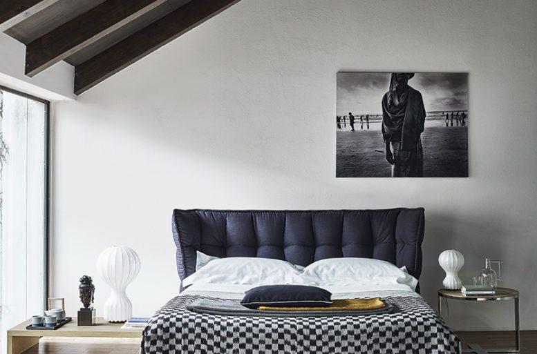 La camera da letto è la conclusione coerente di questo loft originale. Il letto esprime semplicità e comfort, grazie alla scelta delle sfumature bianche, grigie e nere. Letto Husk di Patricia Urquiola.
