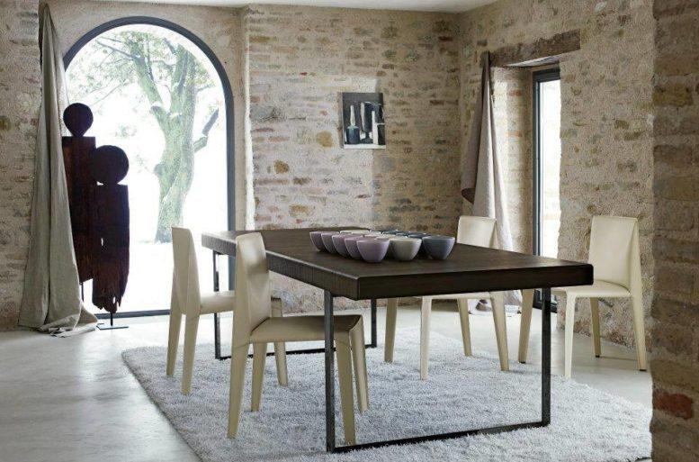 La scelta del legno per il tavolo richiama quelli della casa esistente, ma con un tocco di modernità in più.