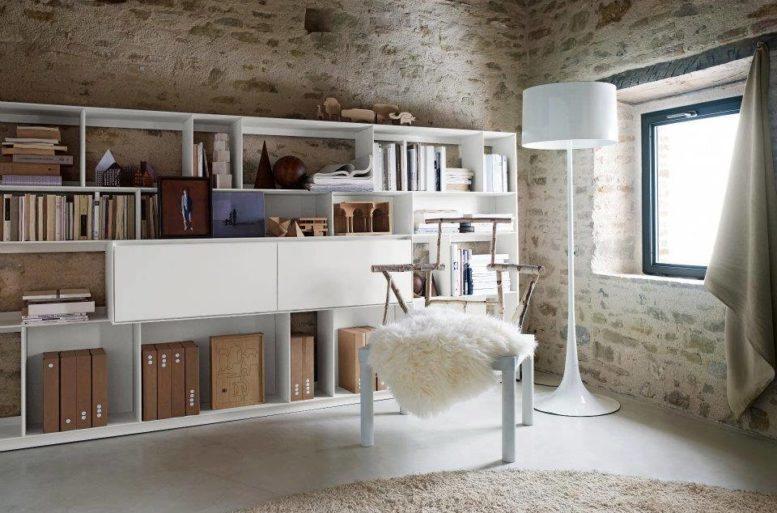 In uno spessore di soli 25 cm, questa libreria permette di gestire le necessità della zona living senza appesantire l'ambiente. L'aspetto di leggerezza e delicatezza si adatta alle esigenze dimensionali dell'abitazione. Libreria Flat-C di Antonio Citterio per B&B Italia