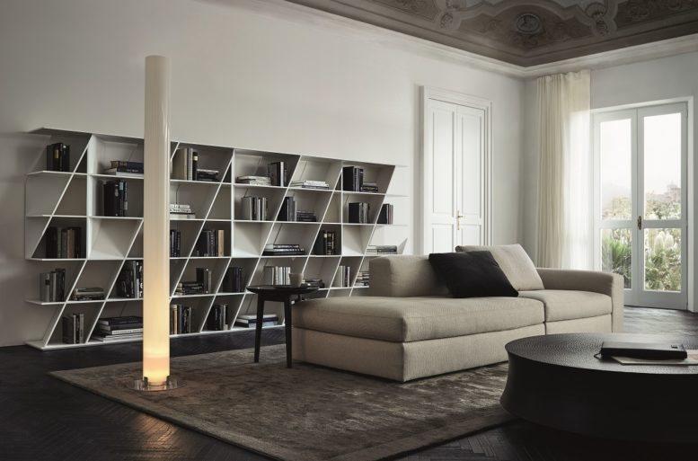 L'arredo è netto nelle forme: le curve e gli angoli smussati delle sedute sono bilanciati dalle linee spezzate delle scaffalature. Libreria Web