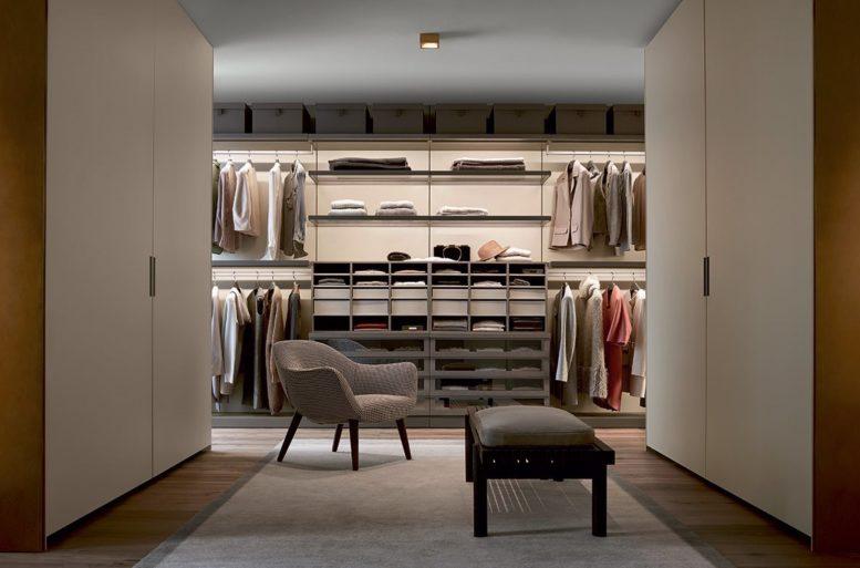 Il tono è dato dalle soluzioni di arredo, in cui non emerge mai un elemento protagonista. I complementi di arredo lavorano in sinergia con i rivestimenti in legno e l'attrezzatura delle pareti.