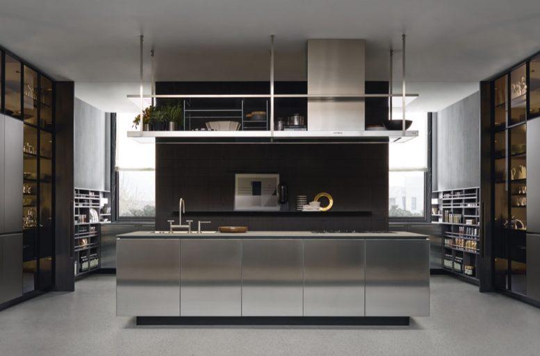 La cucina è uno spazio centrale nell'appartamento. L'aspetto è geometrico, ma si inserisce nel contesto dell'abitazione grazie alle superfici riflettenti. Cucina Artex R&D Varenna